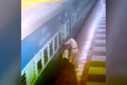 فیلم   صحنه هولناک گیرافتادن یک مسافر بین سکو و قطار در حال حرکت!